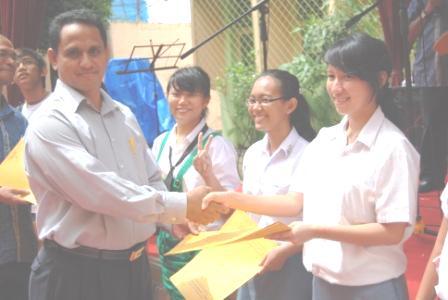 penyerahan-beasiswa-utk-siswa-i-sma-des-08